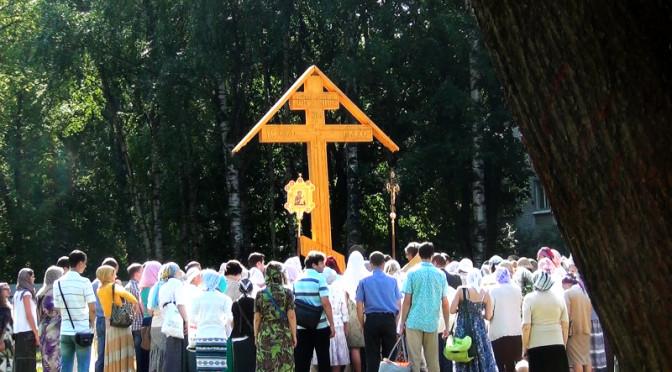 5 лет назад был установлен поклонный крест на территории каменного храма