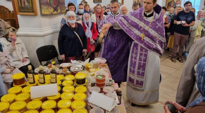 В нашем храме освящён новый урожай меда